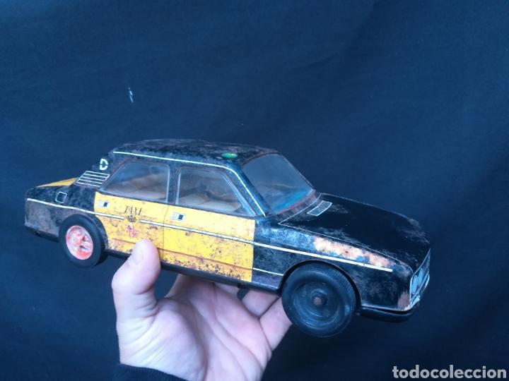 Juguetes antiguos Román: Taxi de juguete ( Seat 132L) de hojalata - Foto 4 - 184933617