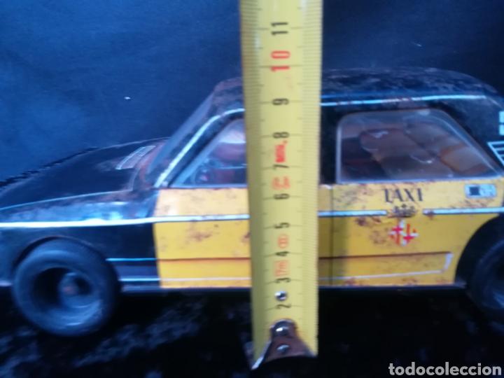 Juguetes antiguos Román: Taxi de juguete ( Seat 132L) de hojalata - Foto 9 - 184933617