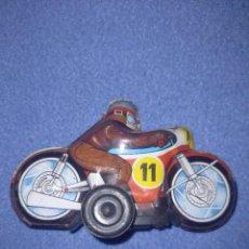 Juguetes antiguos Román: MOTO CARRERAS CHAPA HOJALATA FRICION AÑOS 70 ROMAN. Lote 290117473