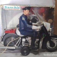 Juguetes antiguos Sanchís: MOTO POLICÍA HARLEY DAVIDSON CON MUÑECO Y PARABRISAS, ELÉCTRICO DIRIGIDO, SANCHIS ,CON CAJA ORIGINAL. Lote 85066912