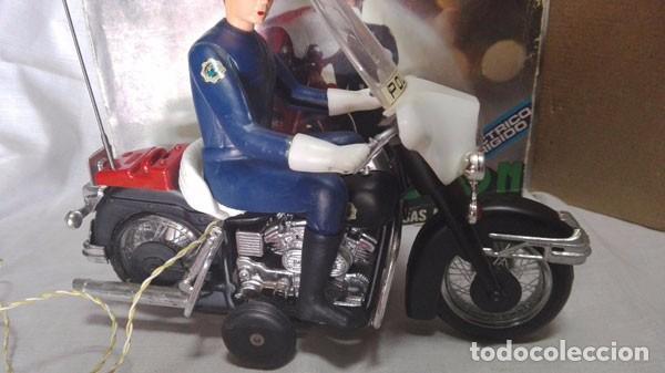 Juguetes antiguos Sanchís: MOTO POLICÍA HARLEY DAVIDSON CON MUÑECO Y PARABRISAS, ELÉCTRICO DIRIGIDO, SANCHIS ,CON CAJA ORIGINAL - Foto 4 - 85066912