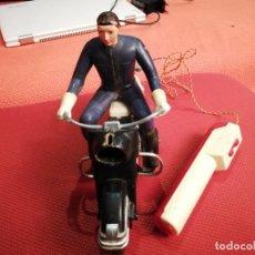 Juguetes antiguos Sanchís: ANTIGUA MOTO CON MOTORISTA HARLEY DAVIDSON Y MANDO VER FOTOS. Lote 152059626