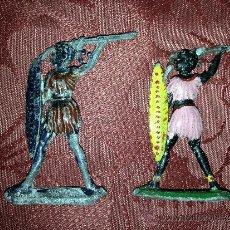 Juguetes Antiguos: PAREJA DE INDIOS DE PLOMO SOLDADITOS ANTIGUOS. Lote 38747385