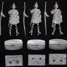Juguetes Antiguos: TRES SOLDADOS ROMANOS DE PLOMO. Lote 48503359