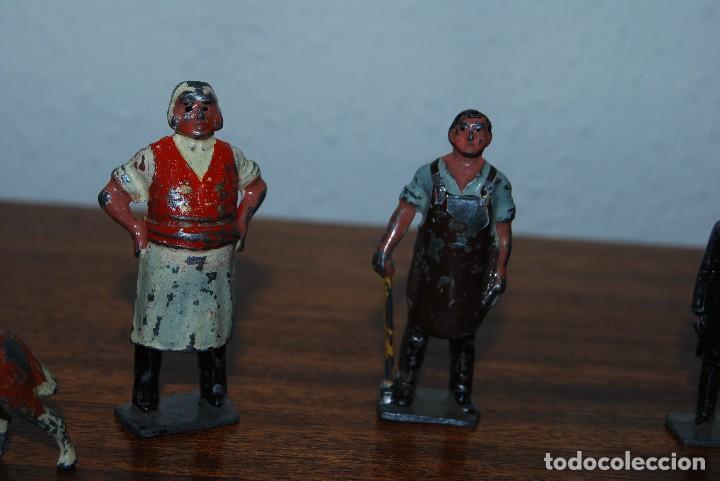 Juguetes Antiguos: OCHO FiGURAS DE PLOMO - HERRERO, TENDERO, CURA, ANIMALES, CASETA Y VALLA - INGLATERRA - AÑOS 20-30 - Foto 3 - 113223343