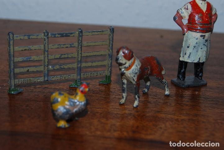 Juguetes Antiguos: OCHO FiGURAS DE PLOMO - HERRERO, TENDERO, CURA, ANIMALES, CASETA Y VALLA - INGLATERRA - AÑOS 20-30 - Foto 4 - 113223343