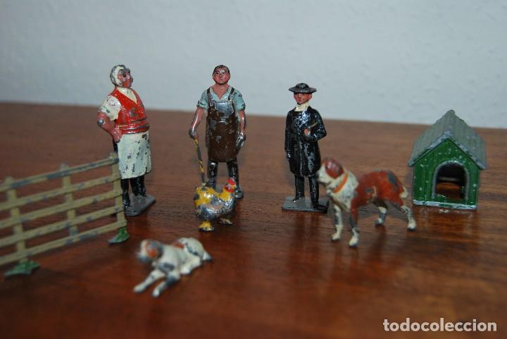 Juguetes Antiguos: OCHO FiGURAS DE PLOMO - HERRERO, TENDERO, CURA, ANIMALES, CASETA Y VALLA - INGLATERRA - AÑOS 20-30 - Foto 8 - 113223343