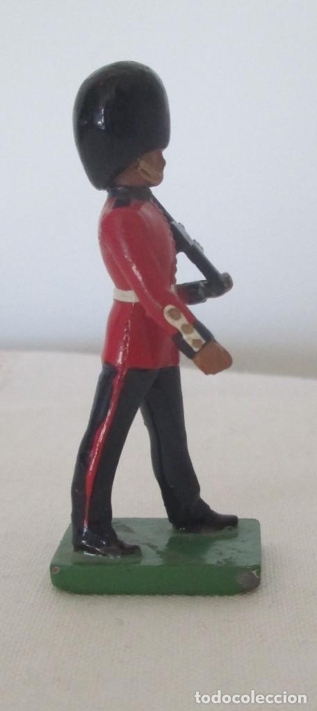 Juguetes Antiguos: Soldado, guardia. WBritain, fabricación inglesa - Foto 4 - 113493055