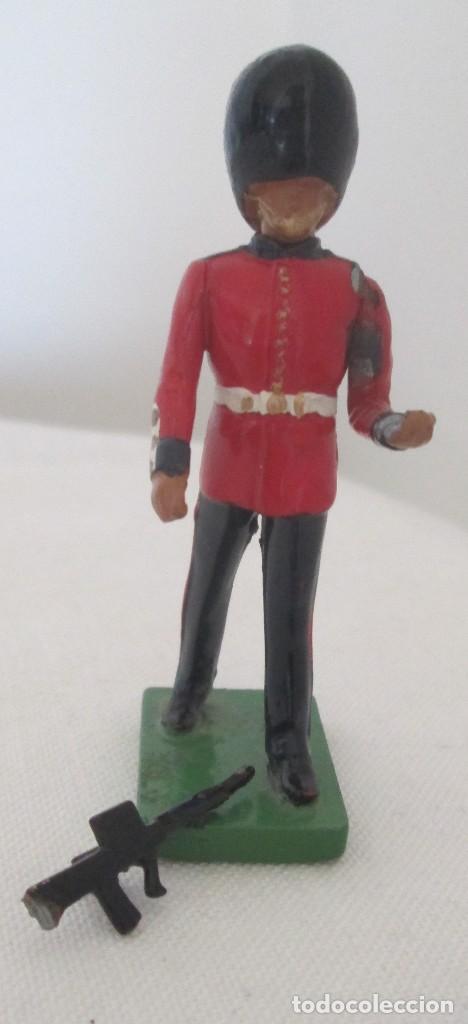 Juguetes Antiguos: Soldado, guardia. WBritain, fabricación inglesa - Foto 5 - 113493055