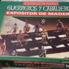 Juguetes Antiguos: EXPOSITOR DE MADERAGUERREROS Y CABALLEROSSOLDADITOS DE PLOMONUEVO. Lote 133721398