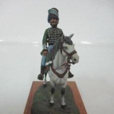 Juguetes Antiguos: SOLDADO DE PLOMO -OFICIAL CAZADORES DE MADRID -FIRMA BENEITO, JM 85 -PINTADO A MANO -PEANA DE MADERA. Lote 133841242