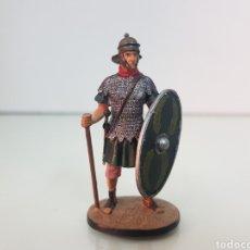 Juguetes Antiguos: SOLDADO ROMANO CON ESCUDO CON LAURELES DE PLOMO. Lote 145054750
