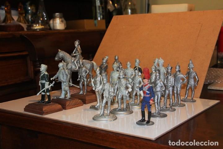 Juguetes Antiguos: 21 SOLDADOS DE PLOMO MAS 1 SOLDADO A CABALLO. UNO PINTADO Y DOS A MEDIO PINTAR. - Foto 3 - 151635262