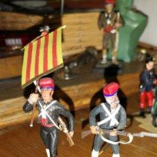 Juguetes Antiguos: PAREJA DE SOLDADOS DE PLOMO PINTADOS ARTESANALMENTE A MANO REPRESENTANDO A VOLUNTARIOS CATALANES EN. Lote 153480109
