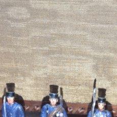 Juguetes Antiguos: TRES SOLDADOS DE PLOMO REPRESENTANDO SOLDADOS DE INFANTERÍA DE LÍNEA ESPAÑOLA. Lote 166313126