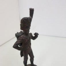 Juguetes Antiguos: SOLDADO DE PLOMO CON PEANA DE MADERA PINTADO EN ÓXIDO DE 14,5 CM. Lote 168584589
