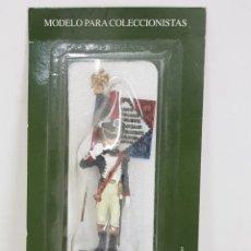 Juguetes Antiguos: SOLDADO DE PLOMO ALMIRALL CON ESTANDARTE FRANCÉS SIN ABRIR. Lote 168596429