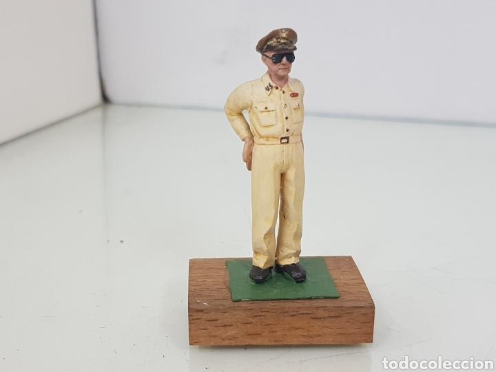 Juguetes Antiguos: Figura de plomo Mac Arthur con peana de madera - Foto 4 - 171328932