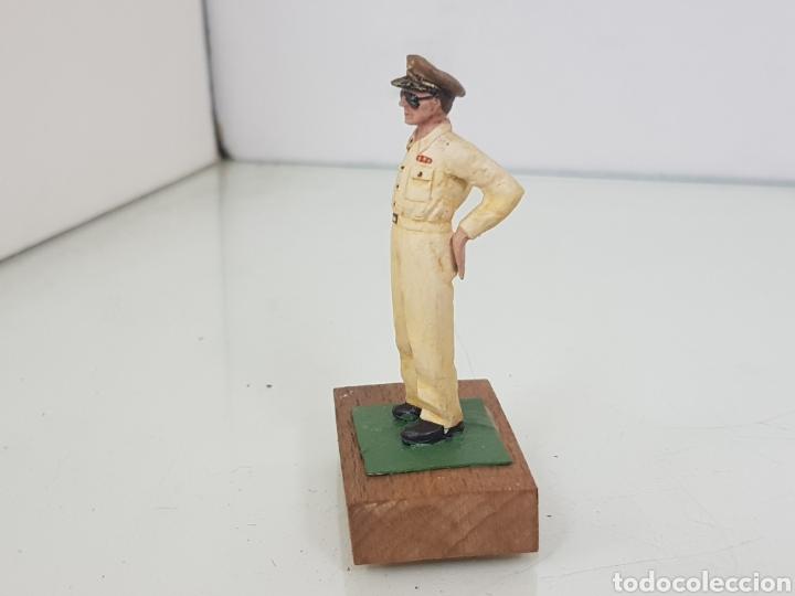 Juguetes Antiguos: Figura de plomo Mac Arthur con peana de madera - Foto 5 - 171328932