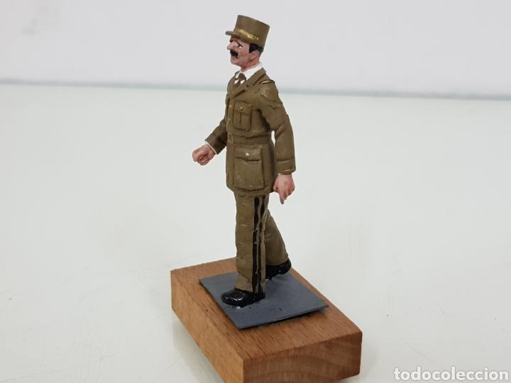Juguetes Antiguos: Figura de plomo personajes destacados con peana de madera - Foto 2 - 171419203