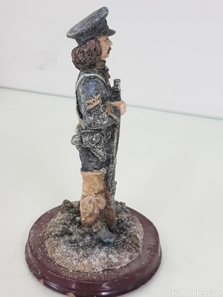 Juguetes Antiguos: Soldado fabricado en resina de 14 cm con base redonda de madera - Foto 3 - 171687430