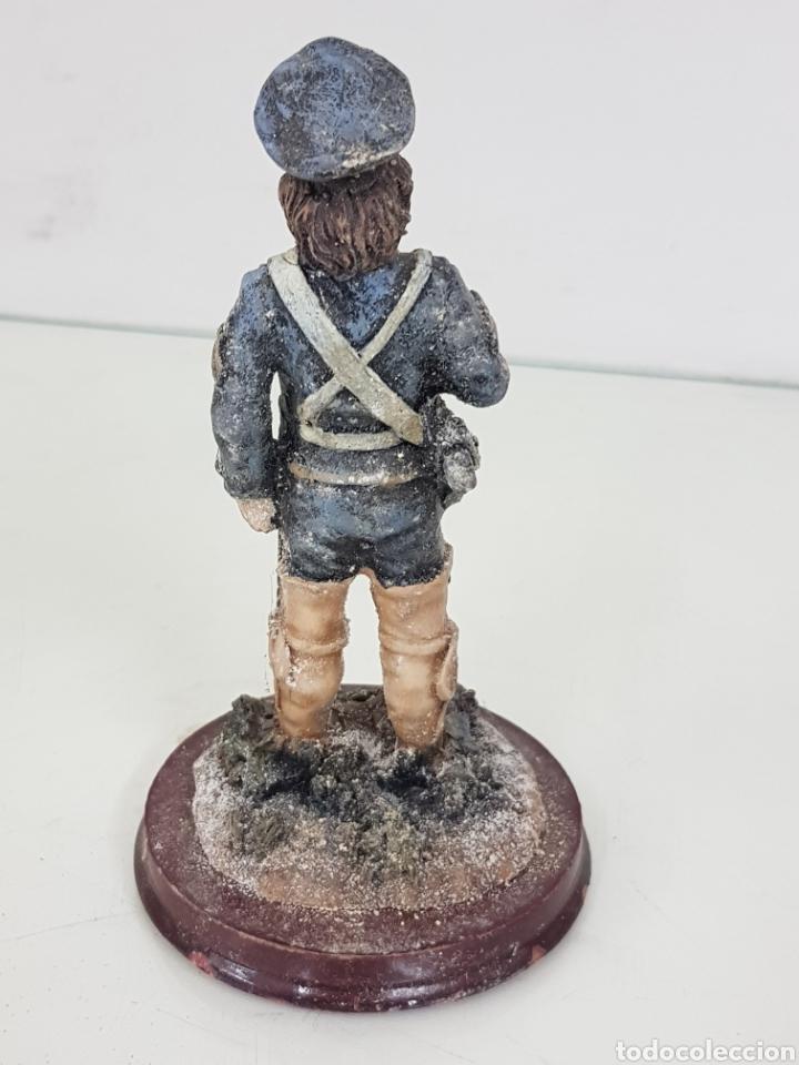 Juguetes Antiguos: Soldado fabricado en resina de 14 cm con base redonda de madera - Foto 4 - 171687430