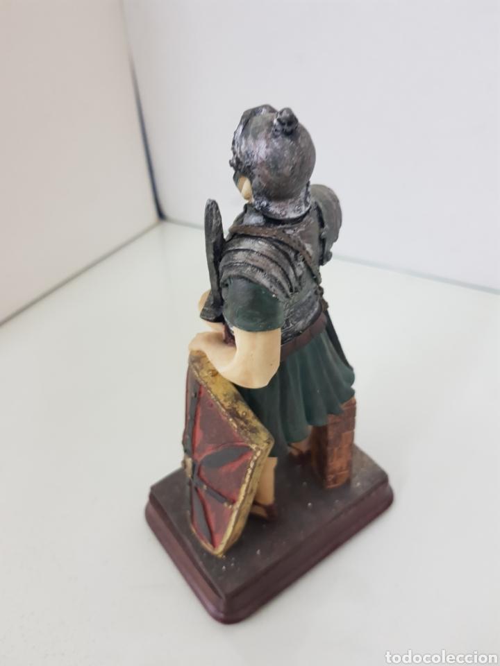 Juguetes Antiguos: Figura fabricada en resina soldado romano de la legión de 18 cm con peana de madera rectangular - Foto 2 - 171687580