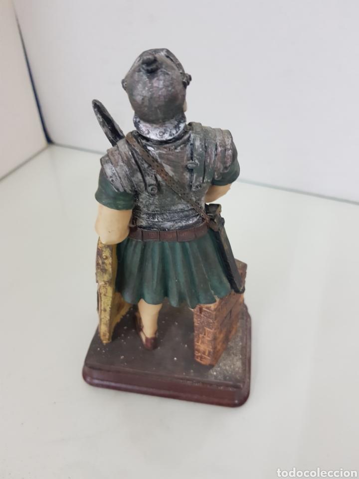 Juguetes Antiguos: Figura fabricada en resina soldado romano de la legión de 18 cm con peana de madera rectangular - Foto 3 - 171687580