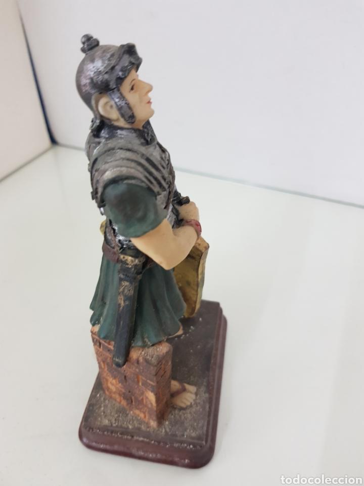Juguetes Antiguos: Figura fabricada en resina soldado romano de la legión de 18 cm con peana de madera rectangular - Foto 4 - 171687580