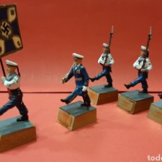 Juguetes Antiguos: SOLDADITOS DE PLOMO, ALEMANIA 1939-45 , 3 MARINEROS, OFICIAL Y ABANDERADO. MIDE 10 CM.. Lote 184175661