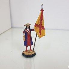 Juguetes Antiguos: SOLDADO DE PLOMO ABANDERADO MUNDIART DE 10 CM CON BANDERA AMARILLA Y ROJA CON CRUZ. Lote 185978678