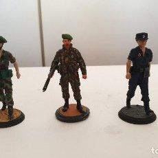 Juguetes Antiguos: MUNDIARTS MINIATURES 2 SOLDADOS Y 1 POLICIA PERSONAJES METAL ESCALA. Lote 194939133