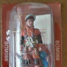 Juguetes Antiguos: MINIATURA SOLDADO DE PLOMO COLECCION BOMBEROS 66 ESCALADOR ALEMANIA GERMANY 2003. Lote 195276850