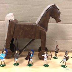 Juguetes Antiguos: ESPECTACULAR CABALLO DE TROYA CON 10 SOLDADOS TROYANOS. ALYMER. TROGAN HORSE AB-132. Lote 199378255
