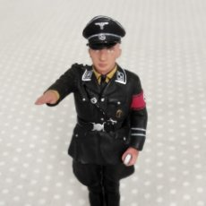 Juguetes Antiguos: 1/30 KING & COUNTRY BERLIN 38 LAH039 SS OFFICER STANDING SALUTING (RETIRED). Lote 202527480