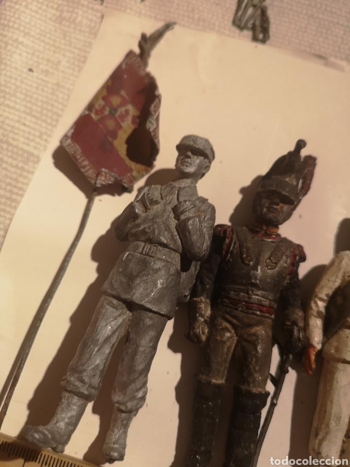Juguetes Antiguos: Lote de 5 soldaditos de plomo antiguos y bandera - Foto 2 - 202726142