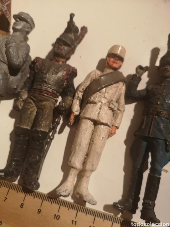 Juguetes Antiguos: Lote de 5 soldaditos de plomo antiguos y bandera - Foto 3 - 202726142