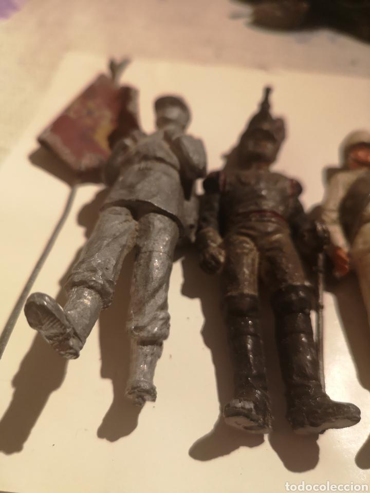 Juguetes Antiguos: Lote de 5 soldaditos de plomo antiguos y bandera - Foto 5 - 202726142