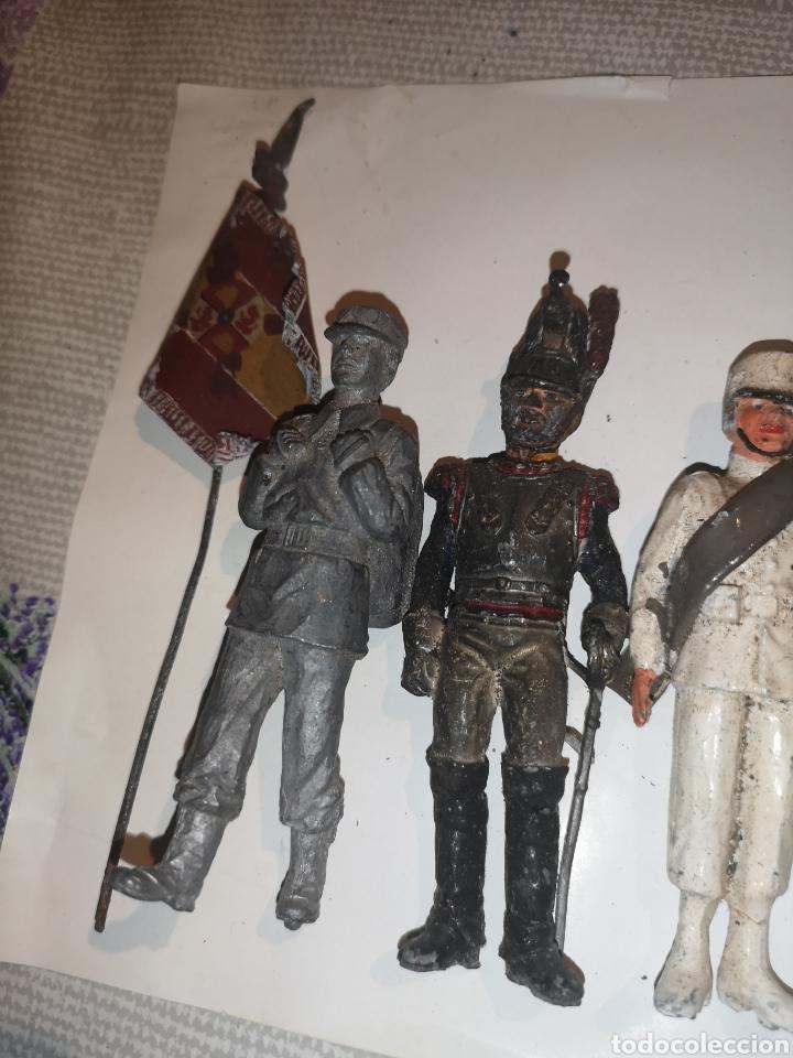Juguetes Antiguos: Lote de 5 soldaditos de plomo antiguos y bandera - Foto 10 - 202726142