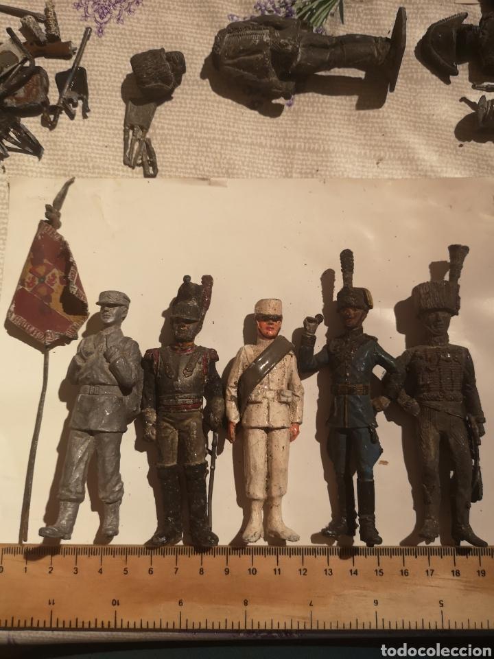 LOTE DE 5 SOLDADITOS DE PLOMO ANTIGUOS Y BANDERA (Juguetes - Soldaditos - Soldaditos de plomo)
