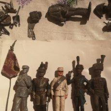 Juguetes Antiguos: LOTE DE 5 SOLDADITOS DE PLOMO ANTIGUOS Y BANDERA. Lote 202726142