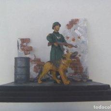 Juguetes Antiguos: DIVISION AZUL : DIORAMA DE GUARDIA CIVIL EN LA FELDGENDARMERIE ( POLICIA MILITAR ) CON PERRO PASTOR. Lote 209677158
