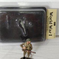 Juguetes Antiguos: 1/32 OR 54MM WILLIAM BRITAIN (BRITAINS) WORLD WAR I 23018 1916 BRITISH INFANTRY REACHING FOR AMMO. Lote 210721350