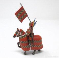Juguetes Antiguos: CABALLERO MEDIEVAL A CABALLO CON BANDERA - FIGURA DE PLOMO.. Lote 221543450