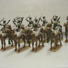 Juguetes Antiguos: LOTE DE NUEVE FIGURAS DE PLOMO EN CAMELLOS. Lote 218073866