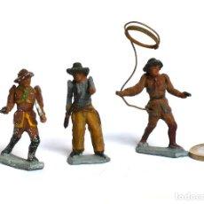 Juguetes Antiguos: LOTE DE 3 COWBOYS DE PLOMO, MARCA PECH HNOS, BRAZO MOBIL, CIRCA 1940/50.. Lote 224741801