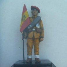 Juguetes Antiguos: DIVISIÓN AZUL : FIGURA DE VOLUNTARIO CON UNIFORME DE SALIDA Y BANDERIN. Lote 224946688