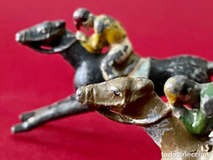 Juguetes Antiguos: LOTE DE 2 CORREDORES DE CABALLOS - DE PLOMO - Foto 2 - 236236710
