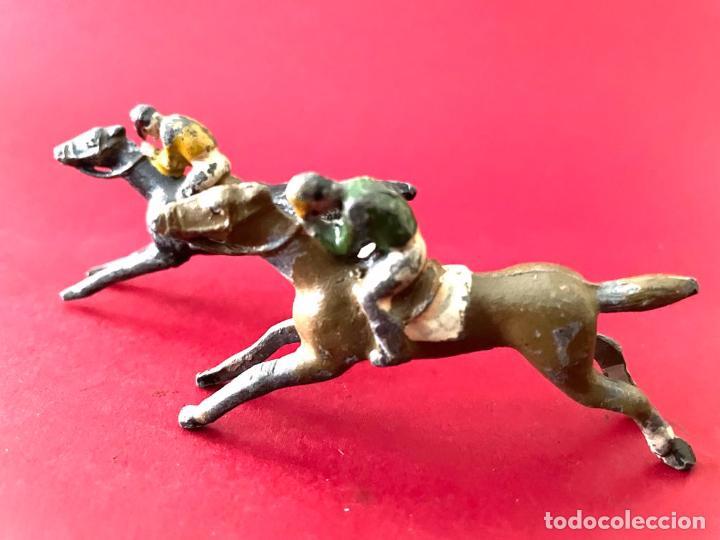 Juguetes Antiguos: LOTE DE 2 CORREDORES DE CABALLOS - DE PLOMO - Foto 3 - 236236710
