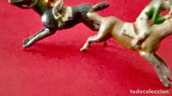 Juguetes Antiguos: LOTE DE 2 CORREDORES DE CABALLOS - DE PLOMO - Foto 4 - 236236710